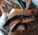 棕黄色皮衣补洞黑袖口补色翻新对比图