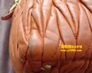缪缪(MIU MIU)橙黄色皮包补伤油边对比图